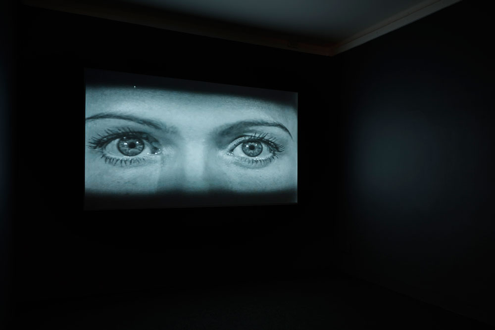 Susan MacWilliam, Installationsansicht KATHLEEN, 2014, Video im Loop (S/W, Ton): 33' / Courtesy of CONNERSMITH